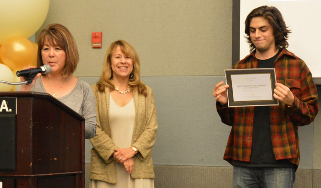 Dr. Lena Chao and Dr. Lauri Ramey present Lucas Benitez with the Dean's Prize.